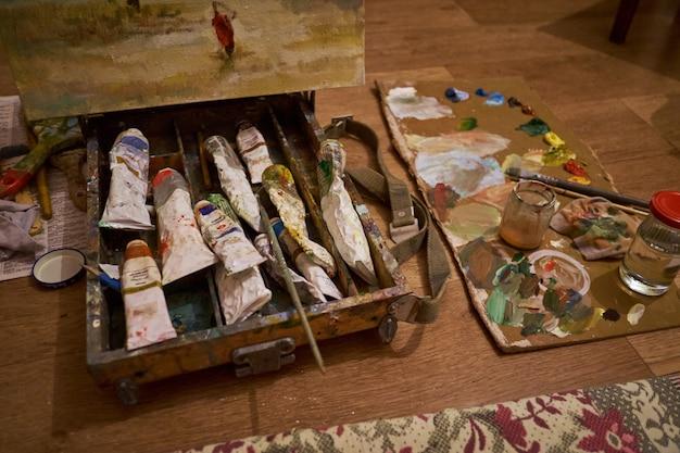 Palette de peinture avec un pinceau dans la boîte dans l'atelier de l'artiste Photo Premium