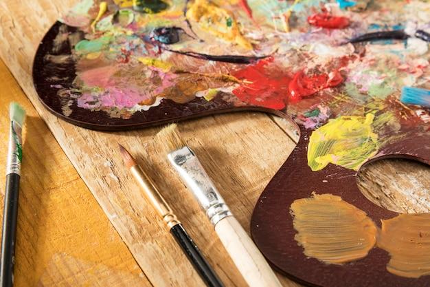 Palette De Peinture Avec Pinceaux Et Peinture Photo gratuit