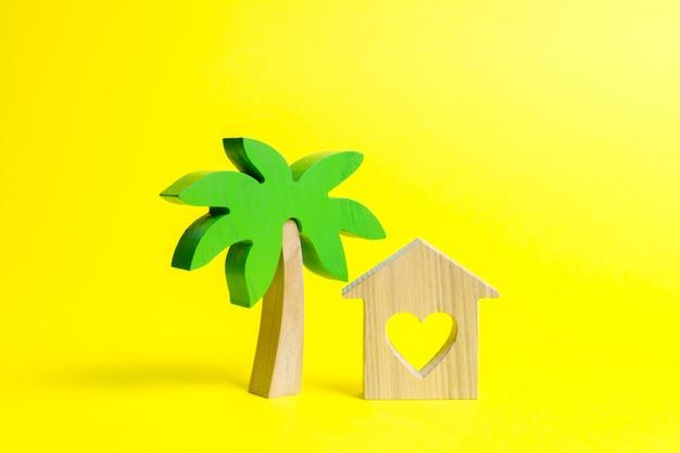 Palmier en bois et maison avec coeurs Photo Premium