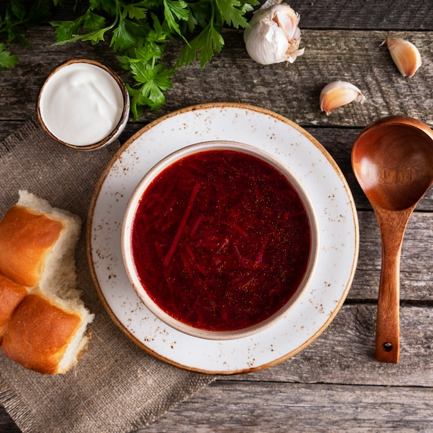 Pampushkas De Bortsch Savoureux. Betterave à Soupe Rouge De Cuisine Ukrainienne Traditionnelle, Pomme De Terre, Viande, Carotte, Chou Et Ail. Vue De Dessus. Fermer Photo Premium
