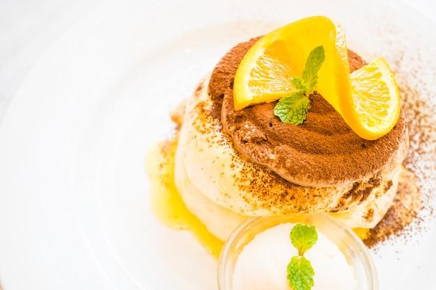 Pancake avec orange sur le dessus Photo gratuit