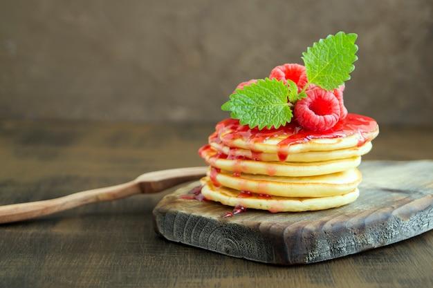 Pancakes américains avec des baies sur un fond clair. Photo Premium