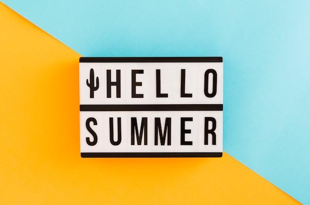 Pancarte avec texte d'été sur fond coloré Photo gratuit