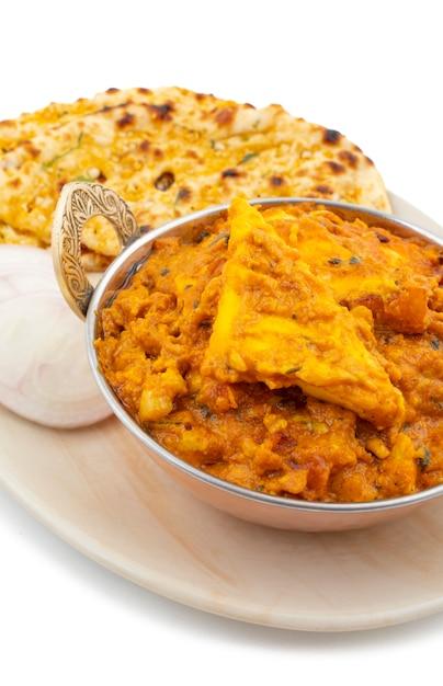 Panda pasada sucré et épicé spécial de la cuisine indienne, servi avec du naan à l'ail sur fond blanc Photo Premium