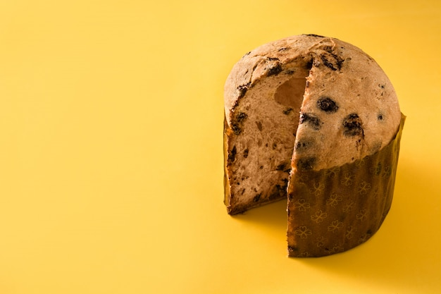 Panettone au chocolat de noël isolé fond jaune espace copie Photo Premium