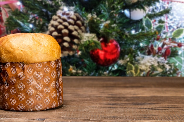 Panettone Avec Fond De Noël, Sur Table En Bois. Photo Premium