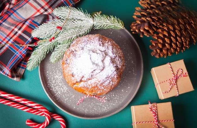 Panettone De Gâteau De Noël Traditionnel Aux Fruits Et Noix Avec Décoration De Noël Photo Premium