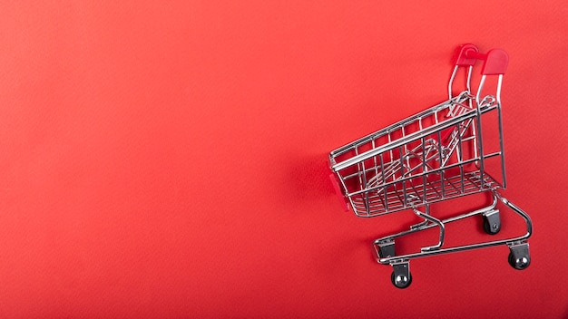 Panier d'achat sur un fond uni avec copie Photo gratuit