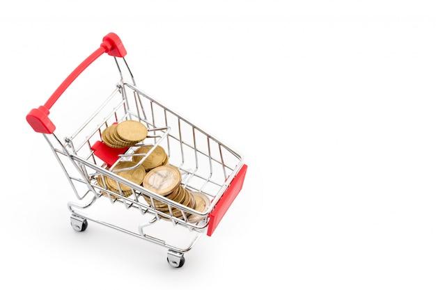 Panier D'achat Avec Des Pièces En Euros Sur Fond Blanc. Thème De Supermarché, De Vente Et De Remboursement. Copyspace Pour Le Texte. Photo Premium
