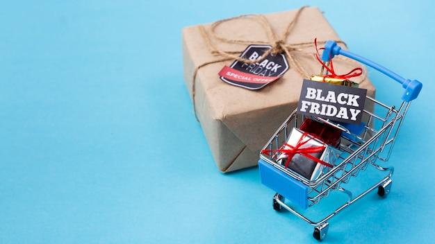 Panier d'achat près du cadeau du vendredi noir Photo gratuit