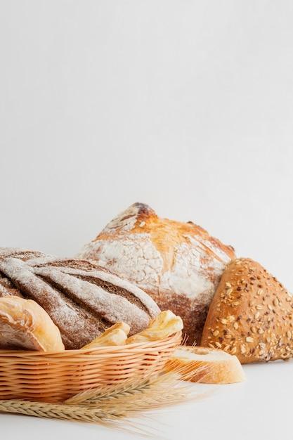 Panier avec assortiment de pains et pâtisseries Photo gratuit
