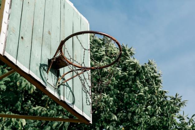 Panier de basketball à faible affichage Photo gratuit