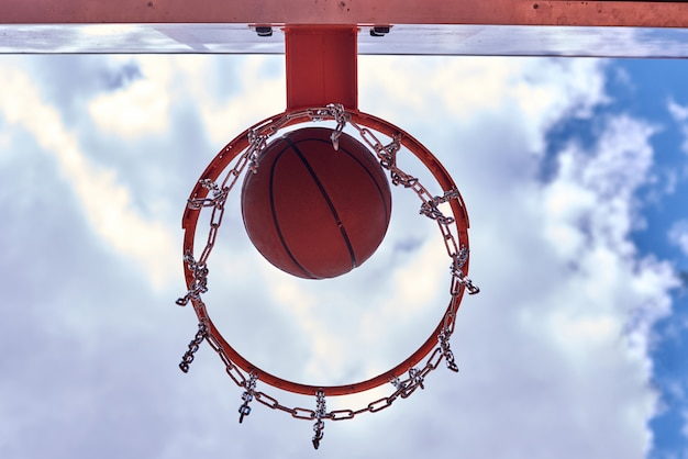 Panier de basketball vu de dessous Photo Premium