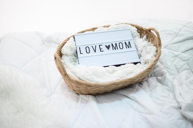Panier en bois avec tissu et signe d'amour maman Photo gratuit