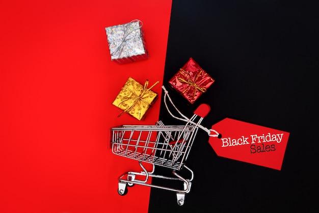 Panier et boîte-cadeau avec étiquette de prix, concept de vente black friday Photo Premium