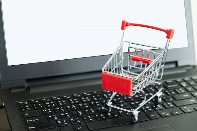 Panier sur le clavier Photo Premium