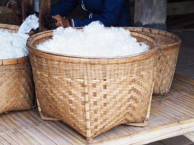 Panier en coton de soie blanche en bambou Photo Premium