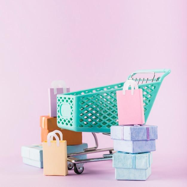 Panier d'épicerie avec des coffrets cadeaux Photo gratuit