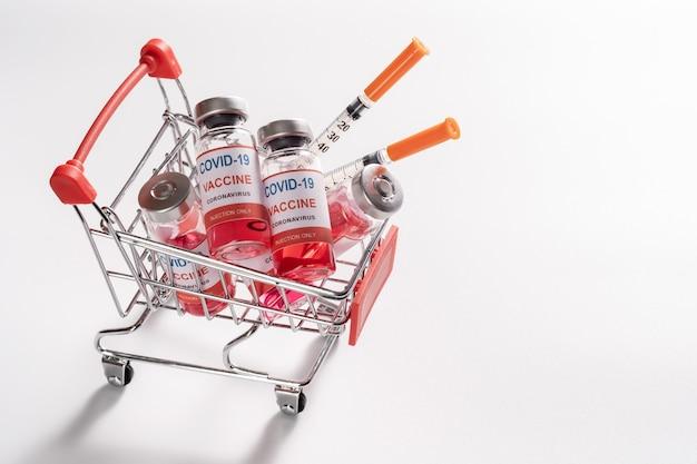 Panier Avec Flacons De Vaccin, Flacons Et Seringues Pour La Vaccination Covid-19 Photo Premium