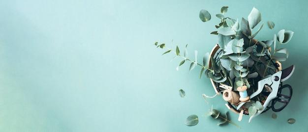 Panier de fleurs d'eucalyptus, sécateur de jardin, ciseaux Photo Premium