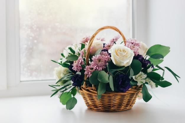 Panier De Fleurs Sur La Fenêtre, Couleurs Vintage Photo Premium