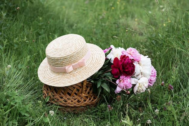 Panier de fleurs de pivoine Photo Premium