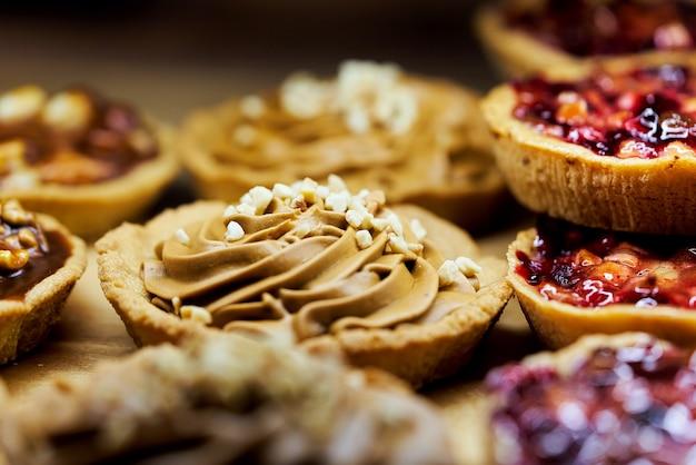 Panier à Gâteau à La Crème Brune Parsemé De Noix Parmi D'autres Brownies. Photo Premium