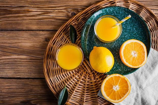 Panier avec jus d'orange naturel et frais Photo gratuit