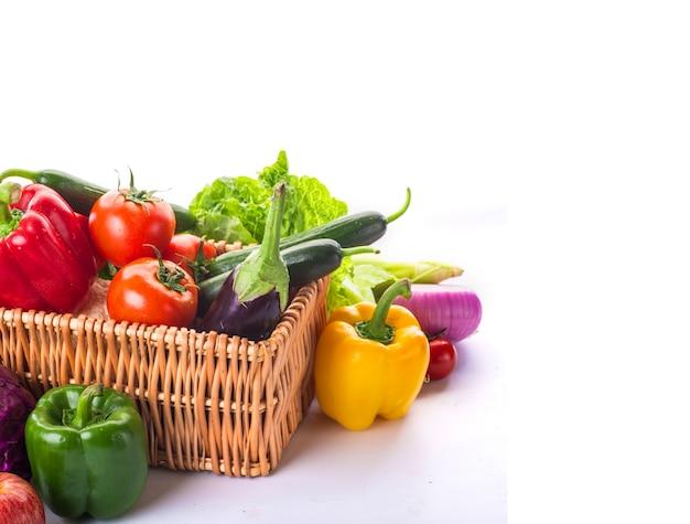 Panier avec des légumes Photo gratuit