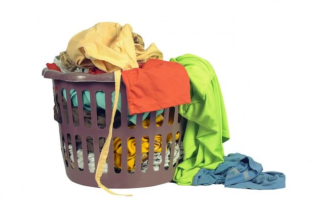 Panier à linge à la main laver ou laver dans un atelier de lavage sur blanc Photo Premium