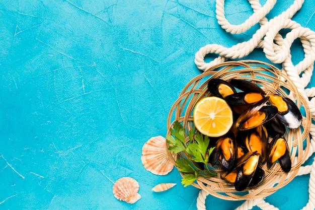 Panier de moules cuites à plat avec fond Photo gratuit