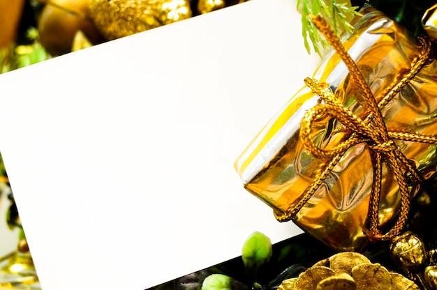 Panier de noël avec une feuille de maquette de cadeaux pour votre texte Photo Premium
