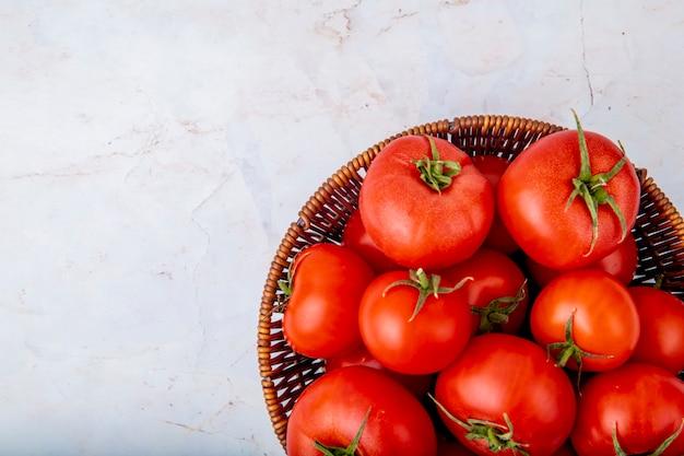 Panier Plein De Tomates Sur Une Surface Blanche Photo gratuit