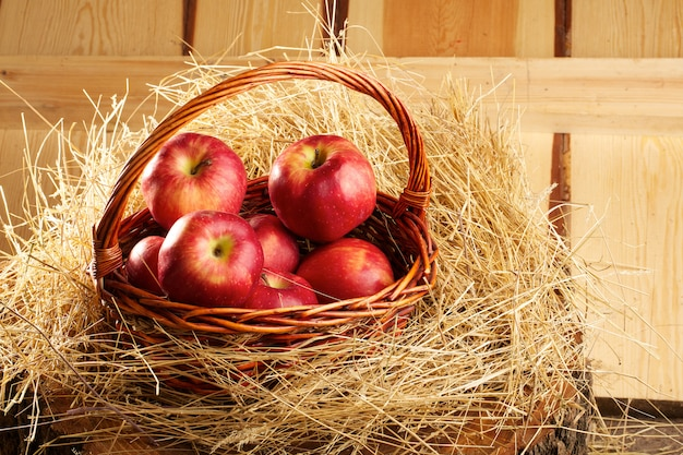 Panier De Pommes Rustiques Fraîches Photo Premium