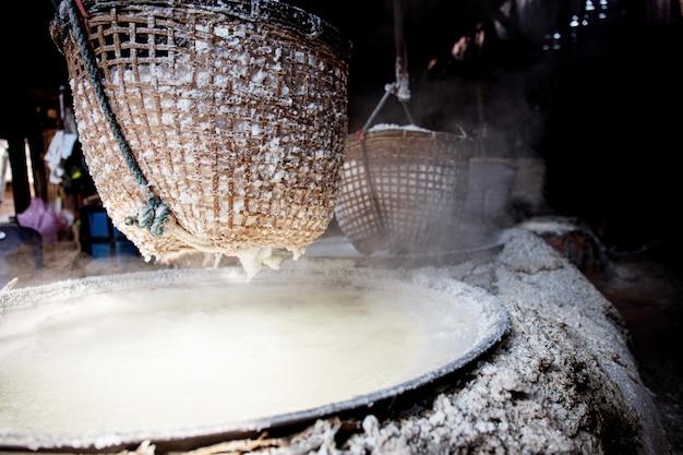 Panier de sel sur le poêle en thaïlande. Photo Premium