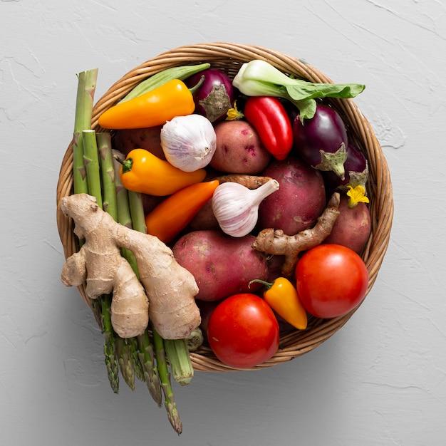 Panier Vue De Dessus Avec Mélange De Légumes Photo Premium
