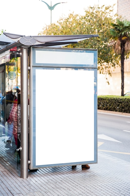 panneau d 39 affichage sur l 39 arr t de bus de la ville t l charger des photos gratuitement. Black Bedroom Furniture Sets. Home Design Ideas