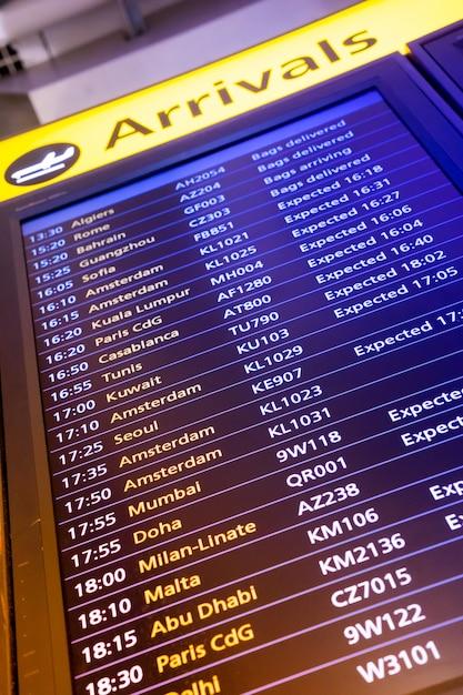 Panneau D'affichage Des Arrivées Et Des Départs à L'aéroport Photo Premium