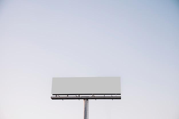 Panneau d'affichage blanc contre le ciel bleu Photo gratuit