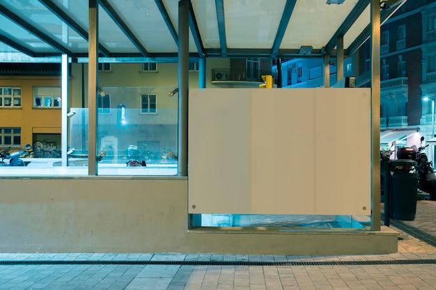 Panneau d'affichage blanc dans la ville la nuit Photo gratuit