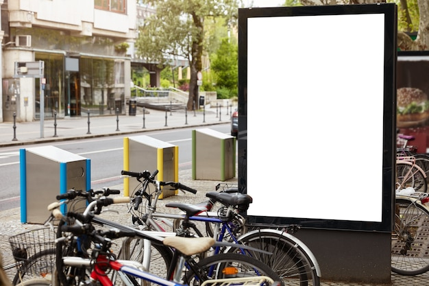 Panneau D'affichage Blanc Avec Espace De Copie Pour Votre Information Publique Photo gratuit