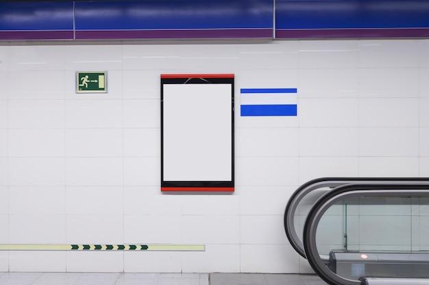 Panneau d'affichage blanc vierge pour la publicité sur le mur Photo gratuit