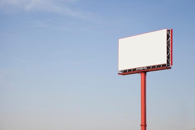 Panneau d'affichage publicitaire blanc vide thésaurisation contre ciel Photo gratuit