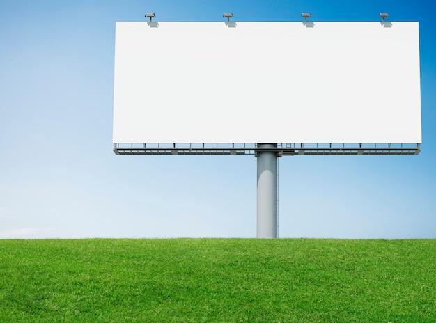 Panneau d'affichage publicitaire avec de l'herbe verte Photo gratuit