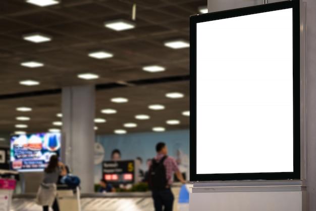 Panneau d'affichage publicitaire vide à l'aéroport. Photo Premium