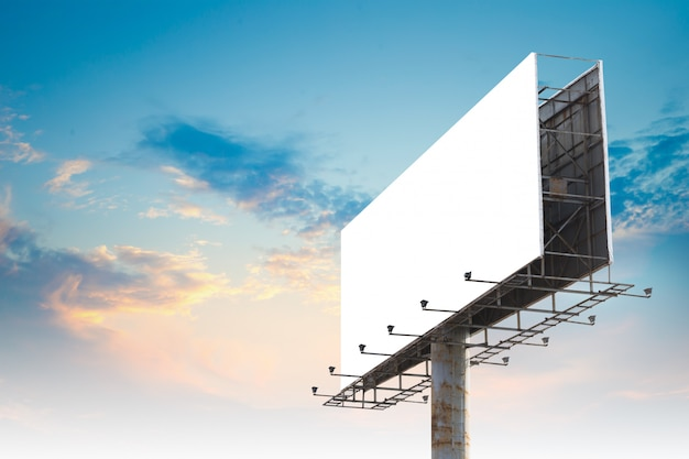 Panneau d'affichage de publicité en plein air vide thésaurisation contre ciel nuageux Photo Premium