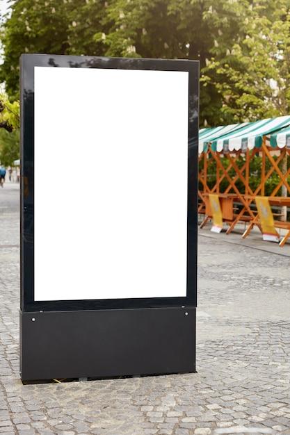 Panneau D'affichage De Rue Verticale Avec Espace Copie Blanche Photo gratuit