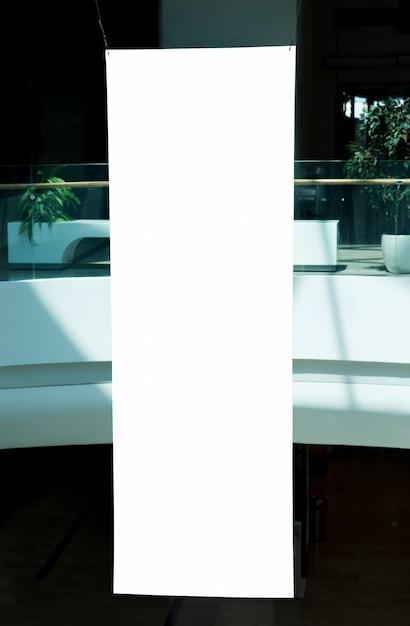 Panneau d'affichage vertical vide dans le centre commercial Photo gratuit