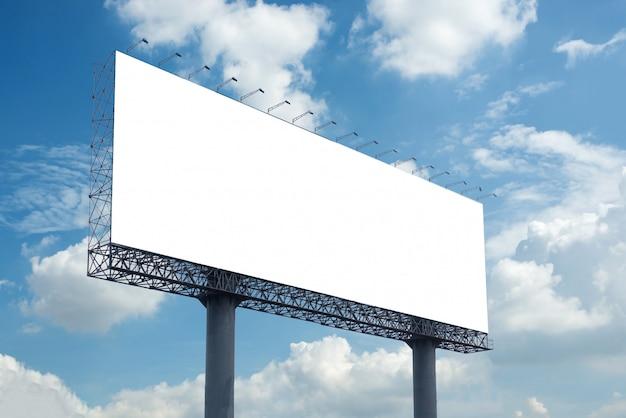 Panneau d'affichage vide avec ciel bleu pour l'affiche publicitaire extérieure Photo Premium
