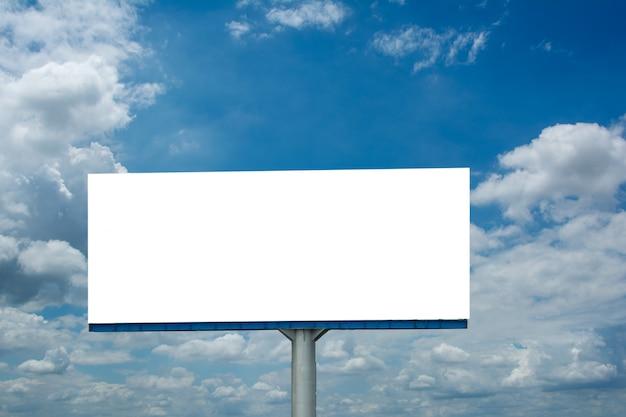 Panneau d'affichage vide et ciel bleu Photo Premium